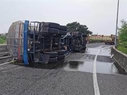 油罐車翻覆台86國一匝道 駕駛受困搶救中