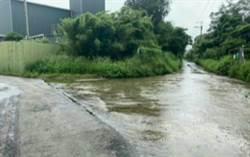 水退太慢 騎士被迫晴天穿雨衣 民代要求改善