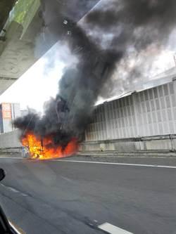 驚險一刻直擊 小貨車起火爆炸 駕駛急忙逃出車外脫困