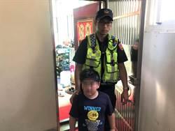 男童趁父親熟睡獨自外出找母  警化身保母護送返家