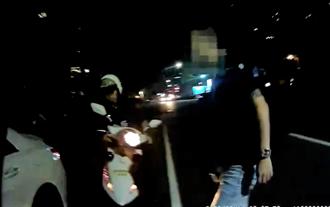 先落跑不顧友人!中市警重裝備跑百米 暗夜速逮通緝犯