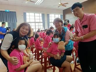 義竹公所發放千餘份雞蛋糕 學生直呼「好幸福!」