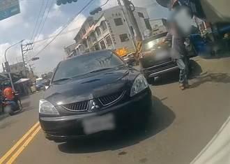 嘉義最狂阿伯跨雙黃逆向駕駛 下秒鎖車瀟灑離去 網:這高手