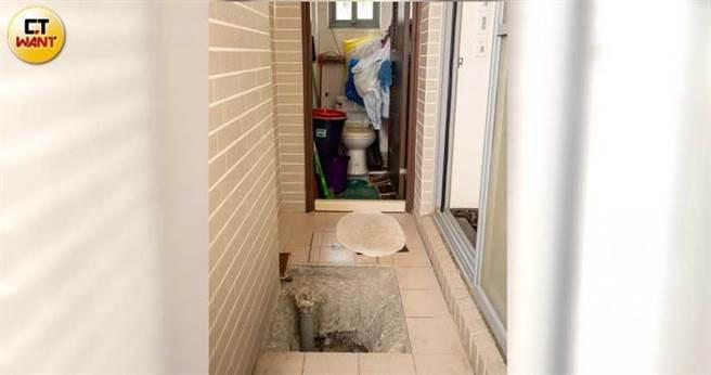 宋俊霖全家搬進屋後,發現一樓廁所滲水,建商找人開挖半公尺洞,卻查不出原因,因官司訴訟,至今無法填實。(圖/宋岱融攝)