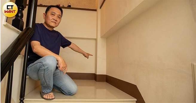 宋俊霖家中不斷出現龜裂痕跡,樓梯間甚至出現水平的裂痕,讓人不經擔憂房屋是否會倒塌。(圖/宋岱融攝)