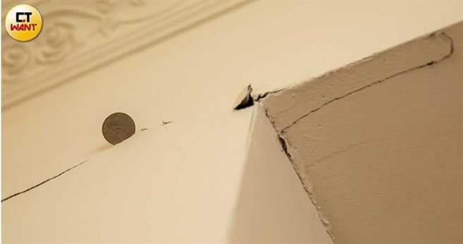 宋家牆面近年來牆壁裂痕逐年變寬,目前已龜裂到可塞進10元硬幣,相當離譜。(圖/宋岱融攝)