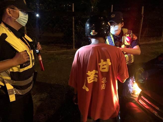 台南市警察局麻豆分局14日晚間執行取締酒駕勤務,1名穿著印有「甘苦人」T恤重型機車駕駛被攔查,酒測值為0.72MG/L,警方立即權利告知,以渉嫌公共危險罪依法逮捕移送偵辦。(台南市警察局麻豆分局提供/劉秀芬台南傳真)