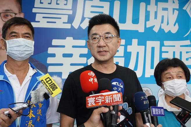 國民黨決定不以政黨形式參加海峽論壇,等同宣告「撤團」,主席江啟臣(中)15日上午在台中回應。(王文吉攝)