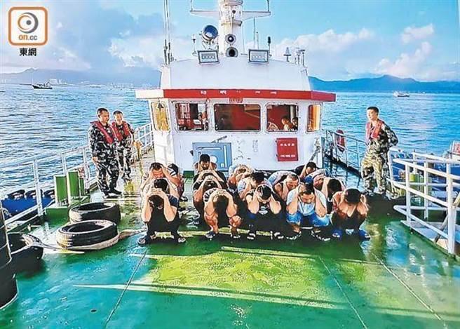 大陆海警本拘捕十二名来自香港的偷渡者。(东网)