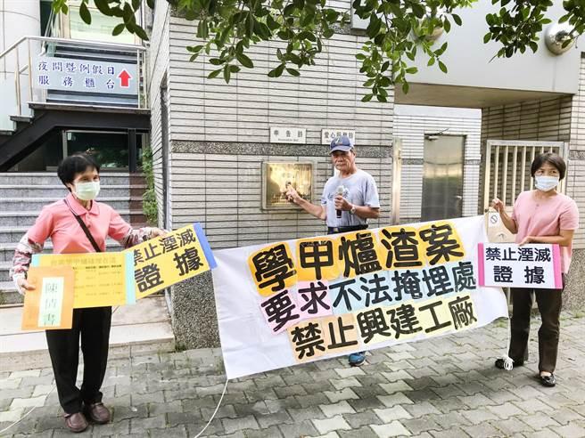 台南市環境保護聯盟與台南市資源保育聯盟今日赴台南地檢署按鈴申告,希望檢警重啟調查釐清真相(周書聖攝)