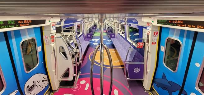 桃園機場捷運將青埔景點打造成為車廂內裝,繽紛吸睛。(新聞處提供/呂筱蟬桃園傳真)