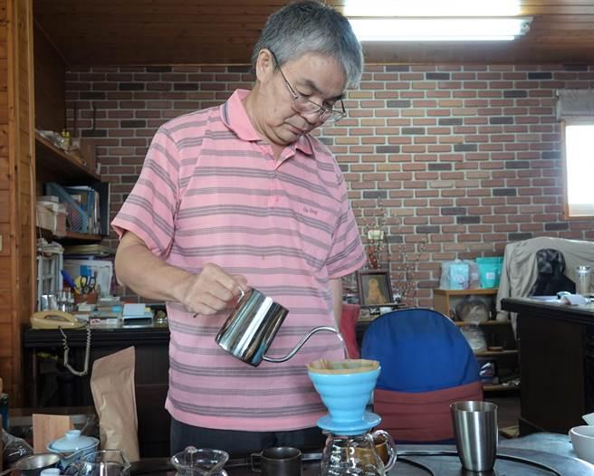 愛喝咖啡的蔡焜培將興趣變成專業,對烘豆、沖煮咖啡都自有一套學問,他還透露競賽的評審最喜愛的風味是把豆子烘焙得像水果茶那樣香氣獨特迷人、沖煮起還後韻濃郁令人回味無窮。(謝瓊雲攝)