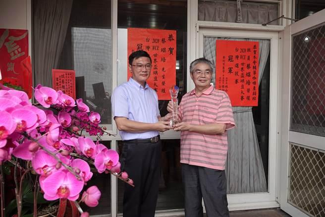 鹿港鎮長許志宏(左)專程登門拜會、道賀蔡焜培(右)勇奪金牌烘豆冠軍。(謝瓊雲攝)
