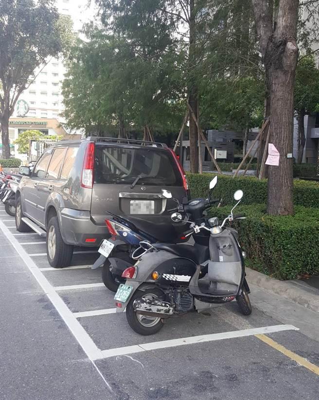 民眾將休旅車停在汽車停車格,3天後變成機車停車格,地上還留下明顯的施工痕跡。(台中市議員陳清龍提供/陳世宗台中傳真)
