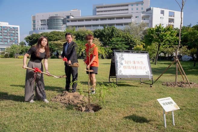 嘉藥校長李孫榮帶領新生代表一同將象徵109級新生小樹種植於校園內。(嘉藥大學提供)
