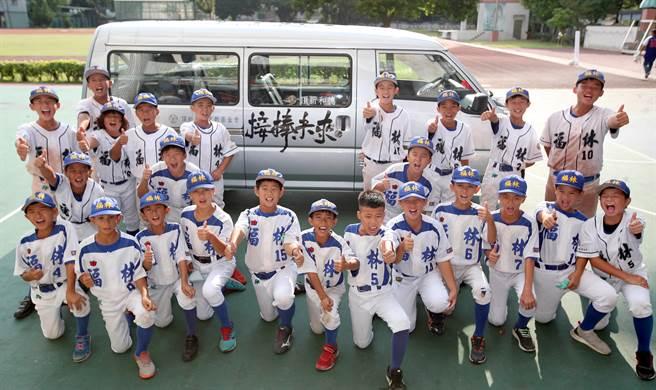 頂新和德文教基金會贈送福林國小等校棒球交通車,小朋友滿懷感謝。(鄭任南攝)