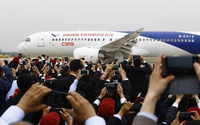 號稱大陸首款國產大型客機C919,於2017年在上海浦東國際機場首飛成功。(圖/新華社)