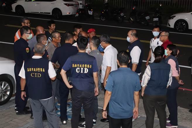 大約20位民眾憤恨不平聲稱是死者家屬,疑似在等楊嫌回警局,要代替死者向他討公道。(洪浩軒攝)