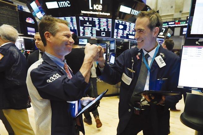蘋果、特斯拉等科技股報復性大漲,帶動美國三大指數14日早盤聯袂上揚。圖/美聯社
