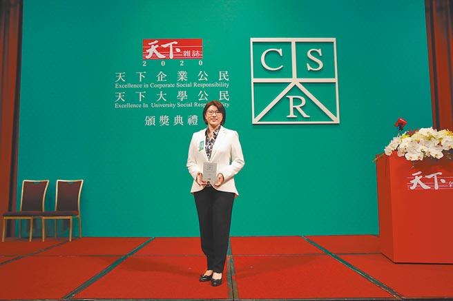 王道銀行榮獲2020年「天下CSR企業公民獎」中堅企業第二名,由王道銀行駱怡君董事長代表領獎。圖/王道銀行提供