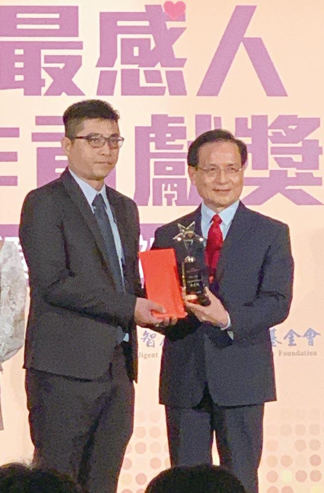 台灣彩券業務代表陳君帆(左)獲「2020最感人工作貢獻獎」。圖/黃惠聆