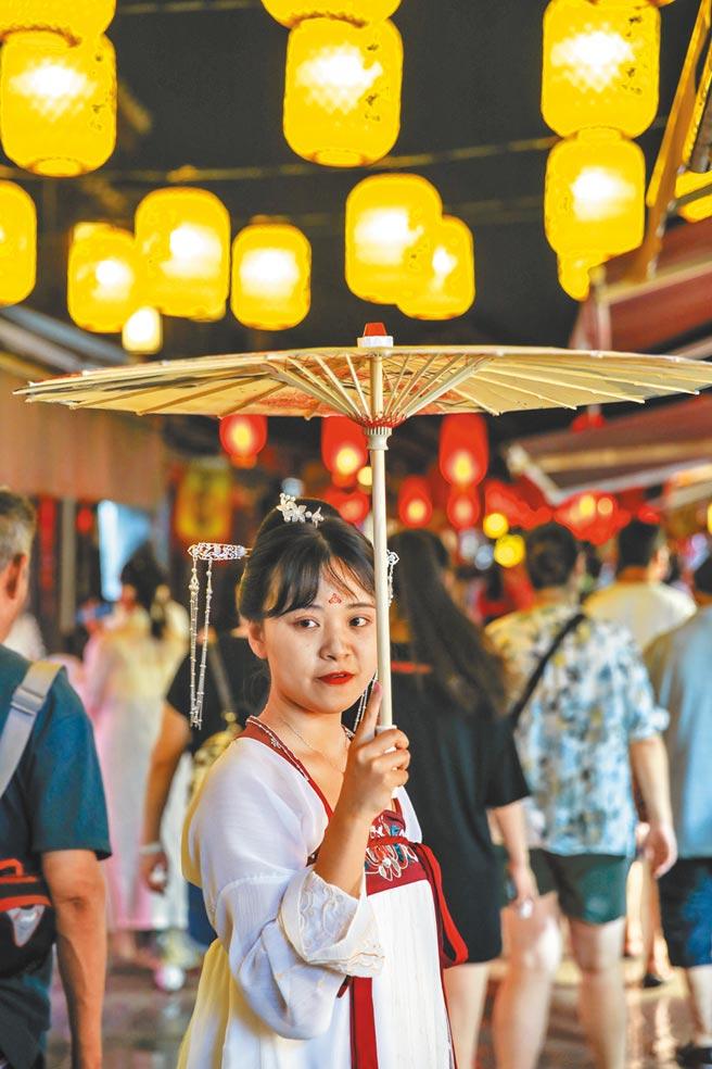 8月2日,遊客身穿漢服,參與貴州省貴陽市花溪區青岩古鎮景區舉行的「夜間穿越遊」活動。(中新社)