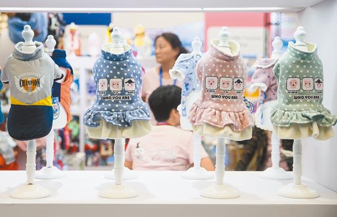 亞洲寵物展在上海新國際博覽中心開幕,吸引許多民眾添購寵物用品。(新華社資料照片)