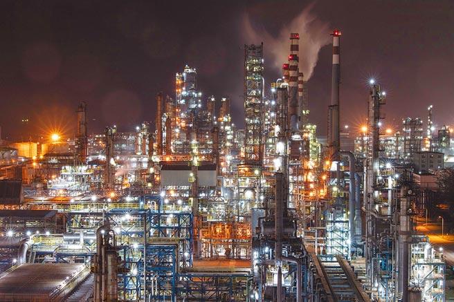 大陸中石化旗下的海南煉化公司工廠運作中。(新華社資料照片)
