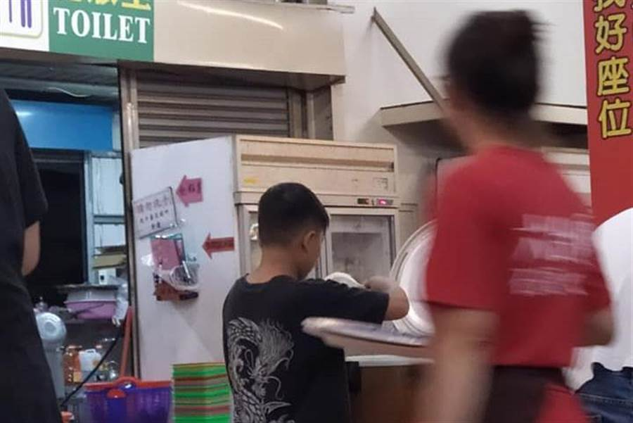 1碗10元!小弟弟漫畫式「盛飯神技」網全跪了(圖/原PO授權提供)