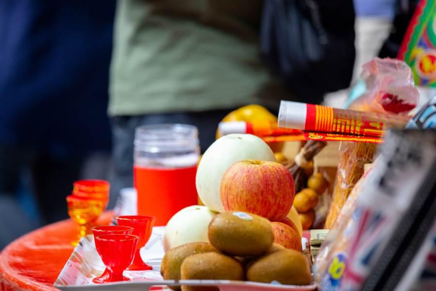 命理師曝「鬼門關7大禁忌」,提醒民眾要將普渡品吃完,以免好兄弟「尋香」回頭找你!(示意圖/Shutterstock)