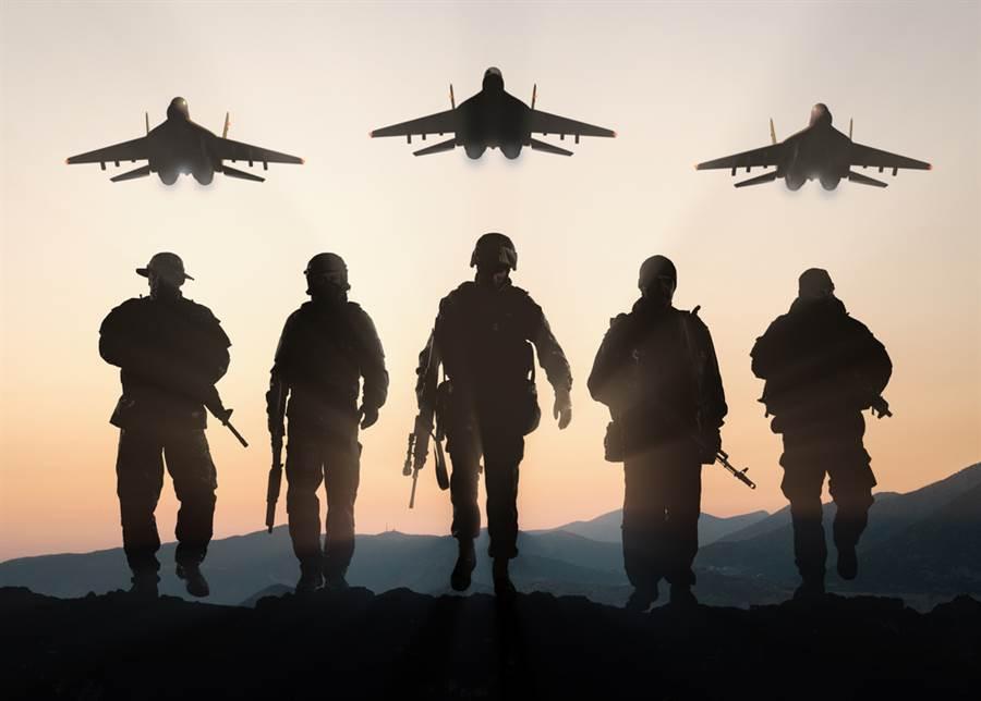 川普一張「支持美軍」的數位廣告中,專家意外發現背景中的飛機竟然並非美軍機,而是俄羅斯的MiG-29,而廣告中的軍人也手持AK47步槍,在網路上引發熱議。圖為川普廣告中,所採用圖庫照片之原圖。(達志影像)