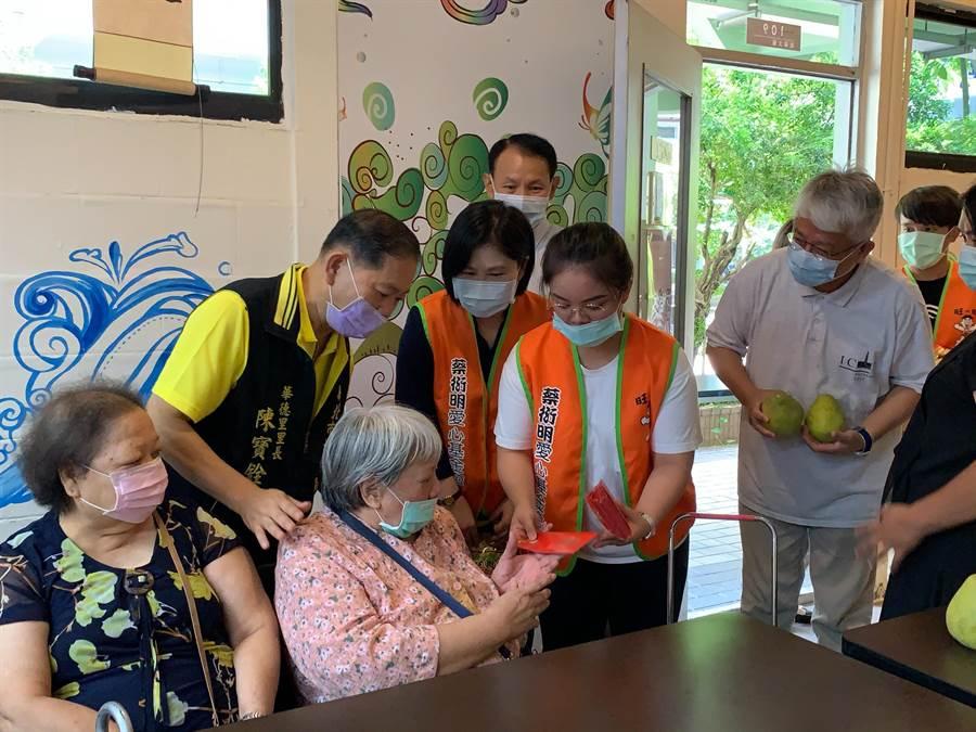 蔡衍明愛心基金會舉辦「公益青年送愛下鄉趣」,今年再度結合27所大學一起回饋社會、關心鄰里,首站今(15日)在亞東技術學院登場。(葉書宏攝)
