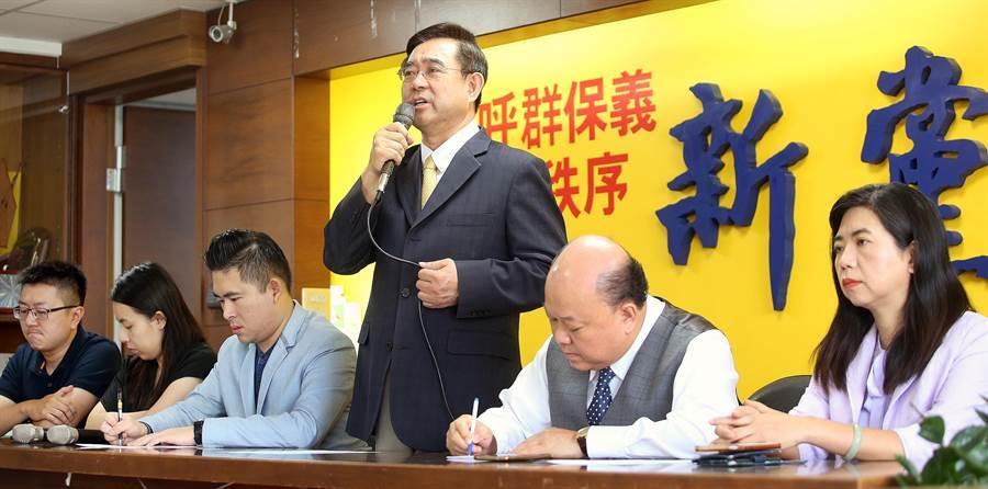 吳成典痛批國民黨(右三)錯失兩岸溝通良機,並宣布將率團前往大陸,參加海峽論壇。(范揚光攝)