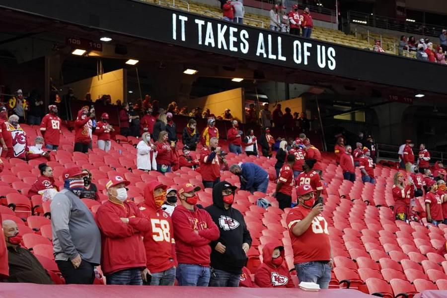 美國NFL酋長隊主場開放1萬多人觀眾進場。(美聯社資料照)
