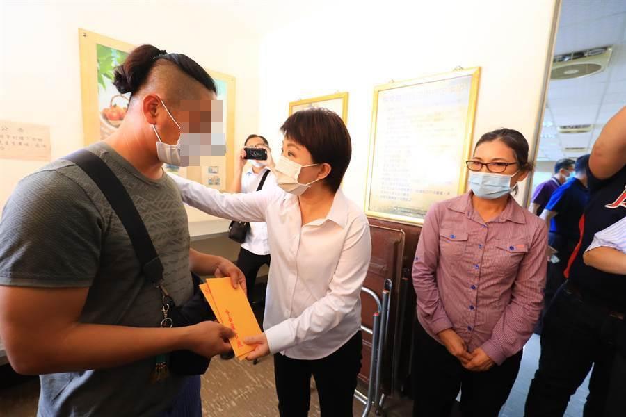 台中市長盧秀燕到賴家妻兒靈前上香致意,也慰問家屬。(馮惠宜攝)