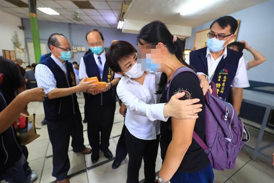 不幸罹難的盧姓父女15日進行法會,市長盧秀燕前往慰問家屬。(馮惠宜攝)