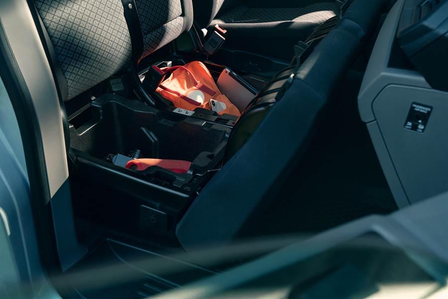 前乘客椅設置可上鎖之置物空間