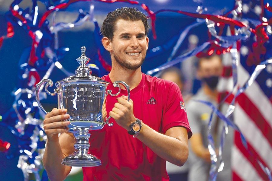 提姆以3比2擊敗小祖維瑞夫,勇奪生涯首座大滿貫賽冠軍,開心捧起獎盃。(路透)