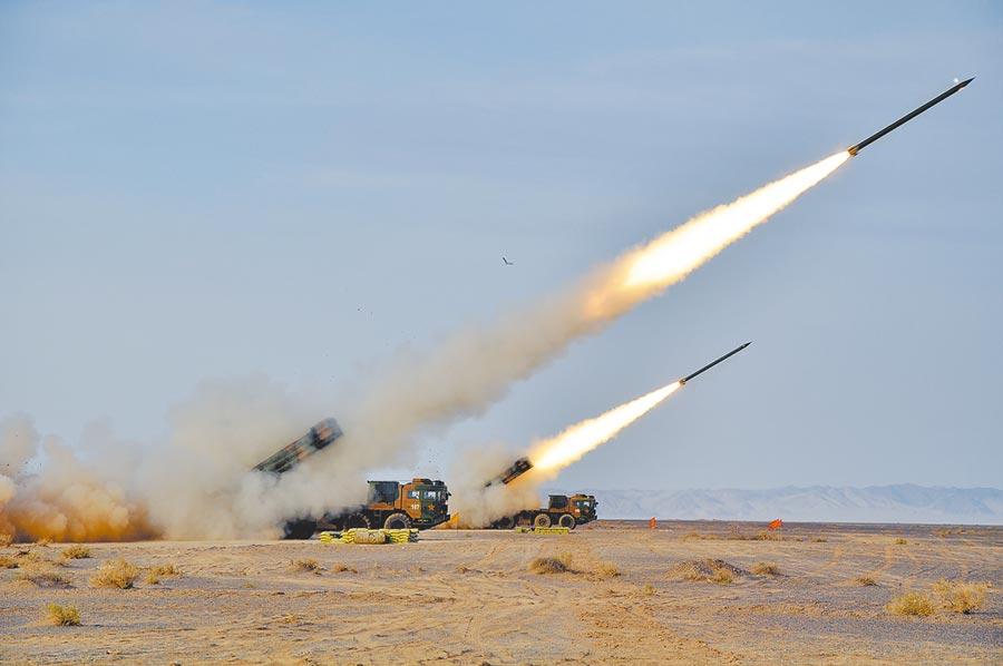 解放軍不與印軍打陣地戰,而是展現遠火打擊。圖為某炮兵旅遠程火箭炮營在西北戈壁訓練。(新華社資料照片)