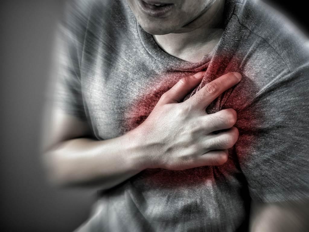 心臟內科主任洪惠風表示,心肌梗塞通常好發於老年人,但年輕人若後天有不良生活作息,都會促發心臟問題。(圖/Shutterstock)