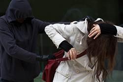 恐怖隨機暴力 女子行走街上突遭揍飛撞人行道 拍攝男不斷譏笑