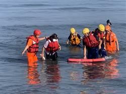 2妙齡女漫步沙洲 半小時「從膝蓋淹上頸部」受困警消搶救