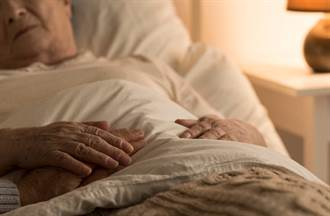 外婆心跳停止 半天後竟死而復生 爬起來抱怨壽衣太醜