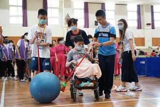感人 唐寶寶放棄第一名機會 堅持陪坐輪椅同學邁向終點