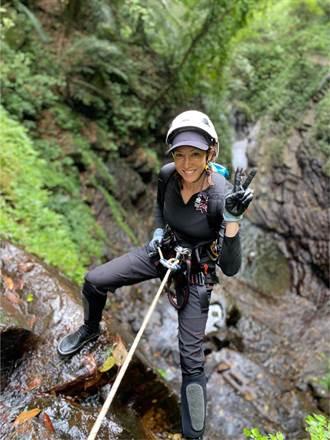 李詠嫻偕閨蜜濕戰13樓瀑布  High翻狂吼慘遭溪水灌喉