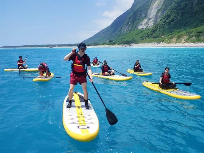 在清水斷涯划獨木舟、SUP,欣賞清水斷崖壯闊的絕壁美景。(圖/品牌提供)