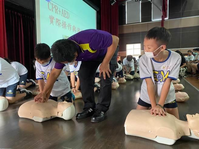 隊員親自指導「CPR實際操作」。(姜霏攝)