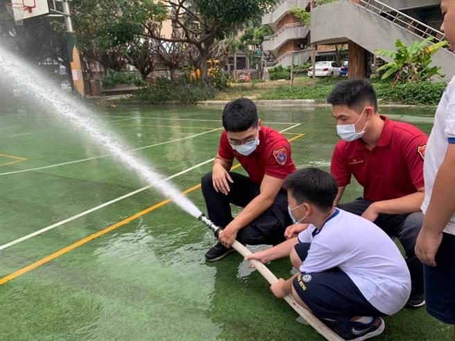 學生體驗「室內栓射水、滅火器操作」,過程相當順利。(姜霏攝)