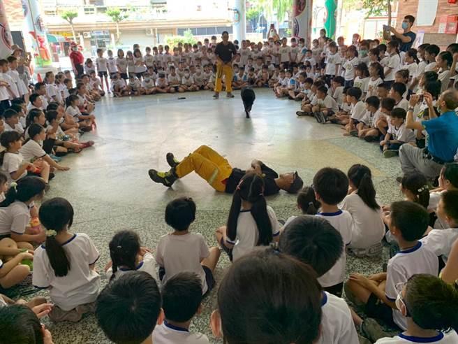 全校師生1800人參與演練,順利完成這次宣導活動。(姜霏攝)