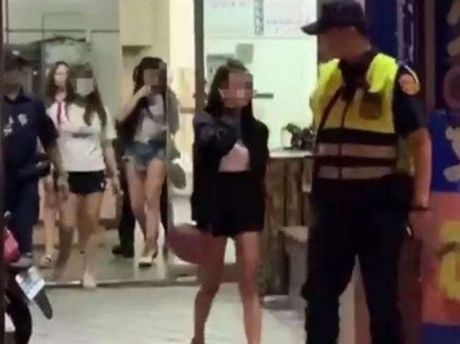 高雄新兴区警方在辖区一处色情KTV扫黄,推开包厢目睹脱衣陪酒小姐正在「洗面奶」。(图/翻摄自画面)